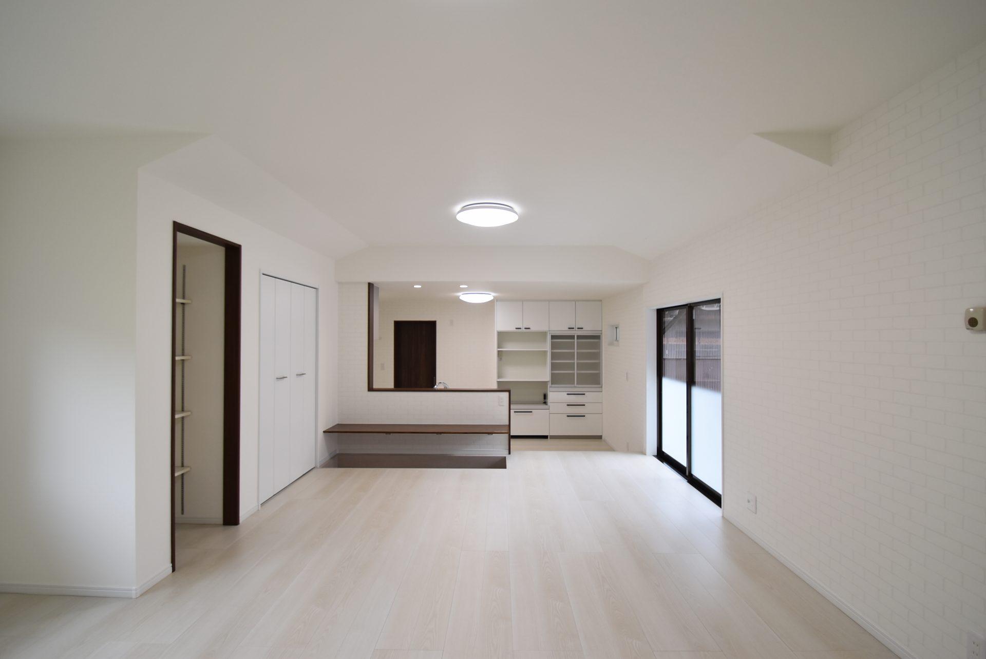①リビング~奥側の開き戸を取り払い、対面キッチンにして広い一室へ。