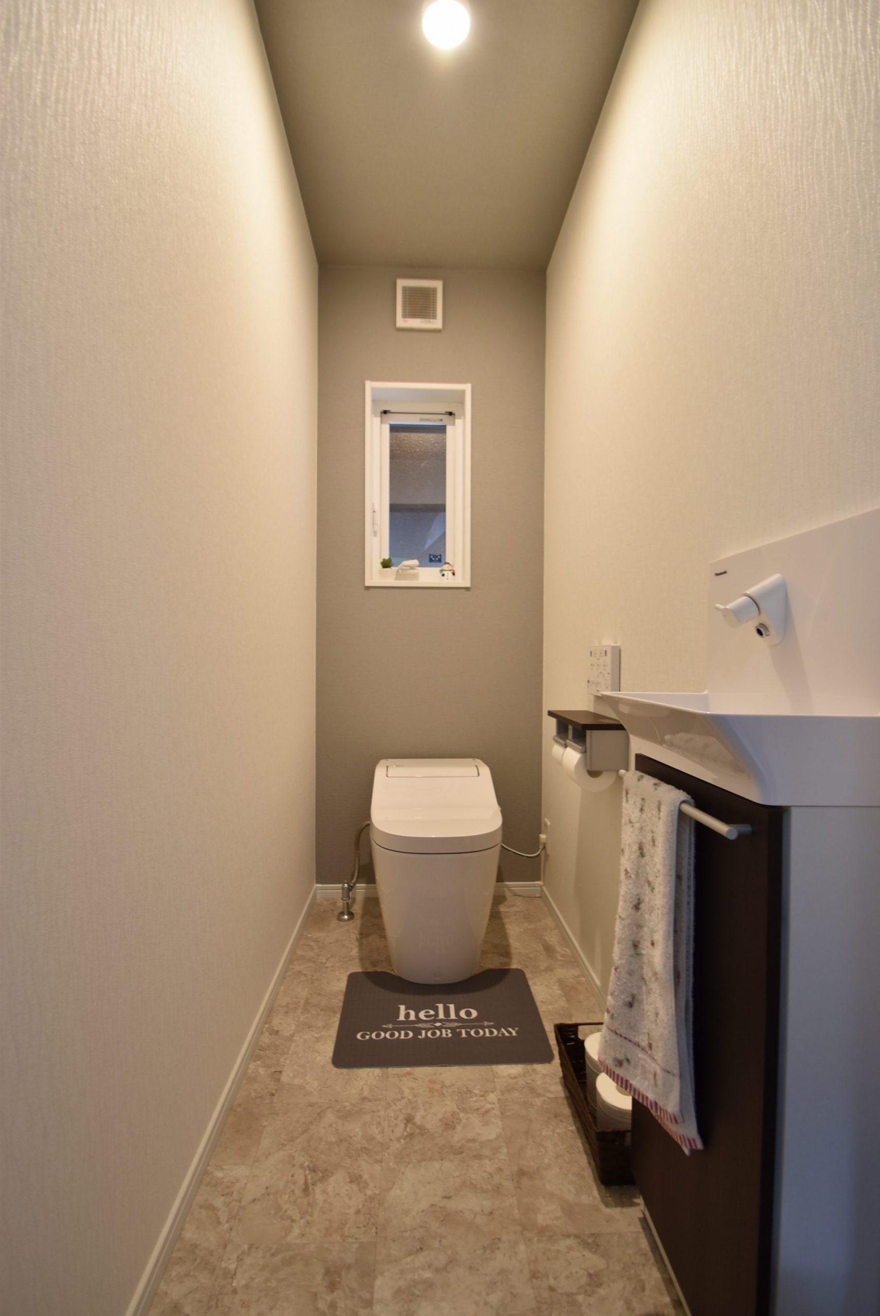 トイレ~専用手洗い付きのタンクレスで、おそうじしやすく見た目もすっきり。