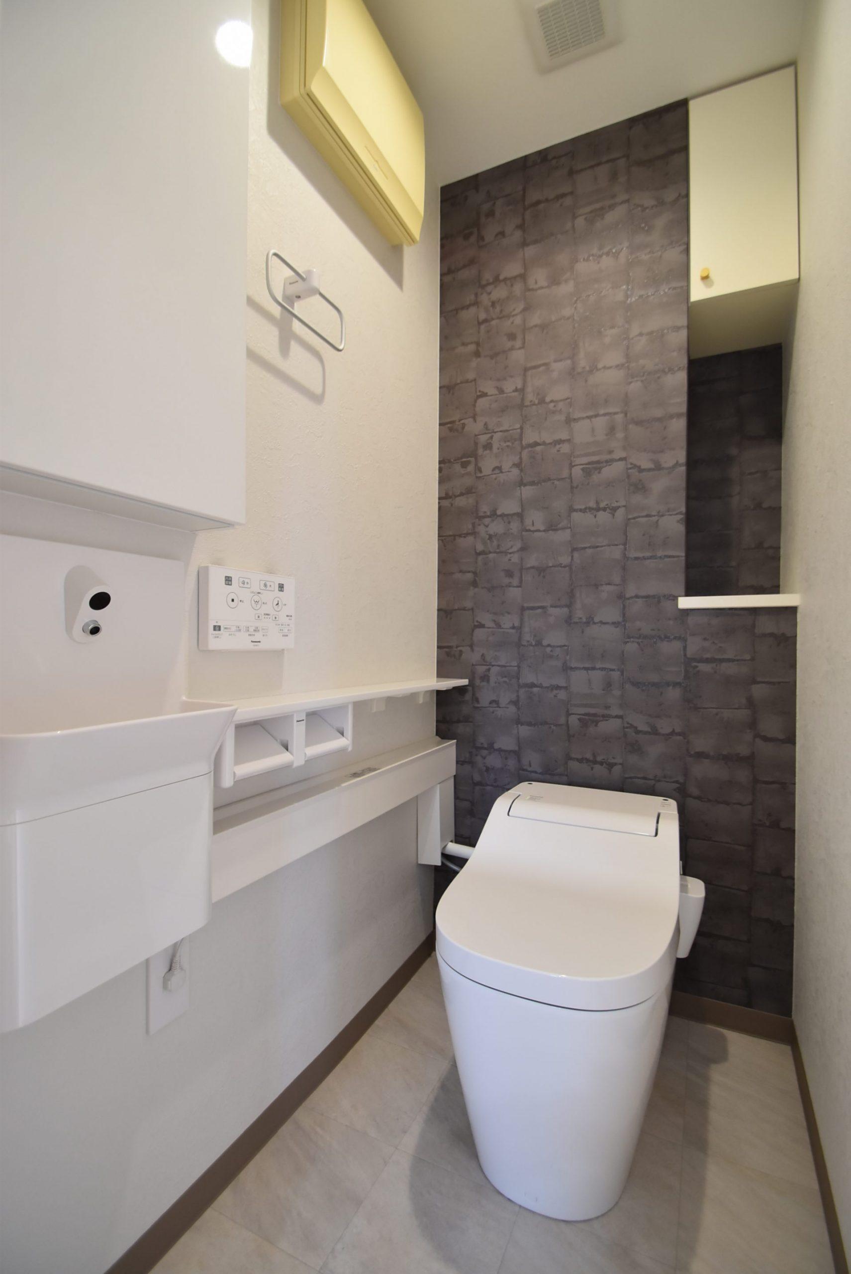 最新型トイレ。専用手洗いと収納棚を設置。