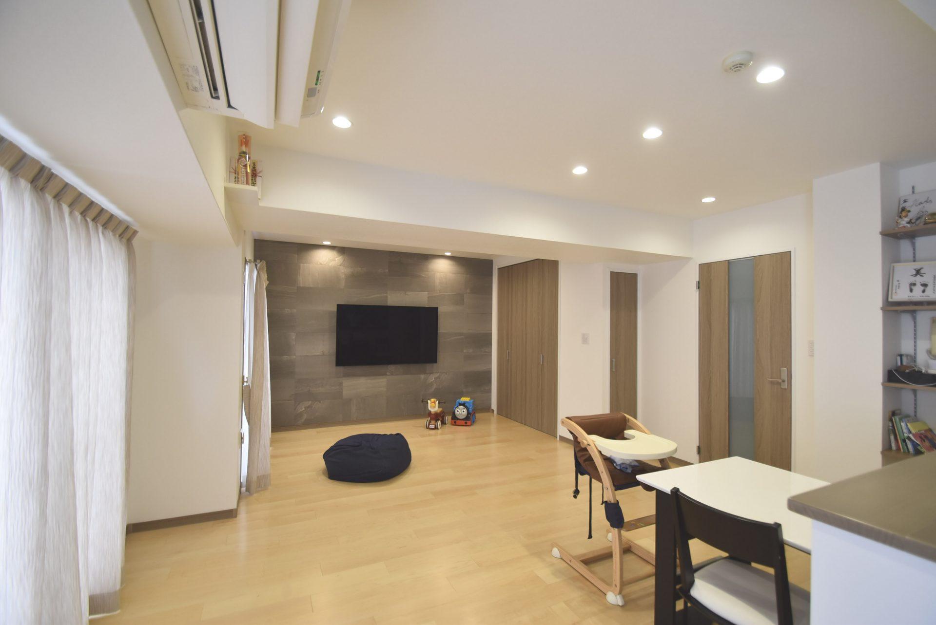 (家具付き画像)キッチン側から見た、リフォーム前は和室のあった奥の空間。